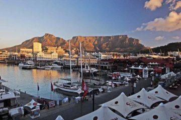Vue sur Table Mountain depuis le port du V&A Waterfront au Cap en Afrique du Sud