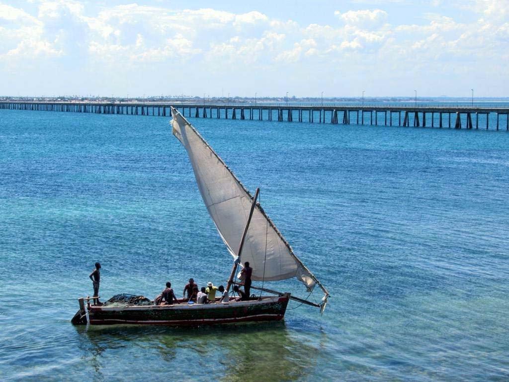 bateau au Mozambique avec pont sur la mer