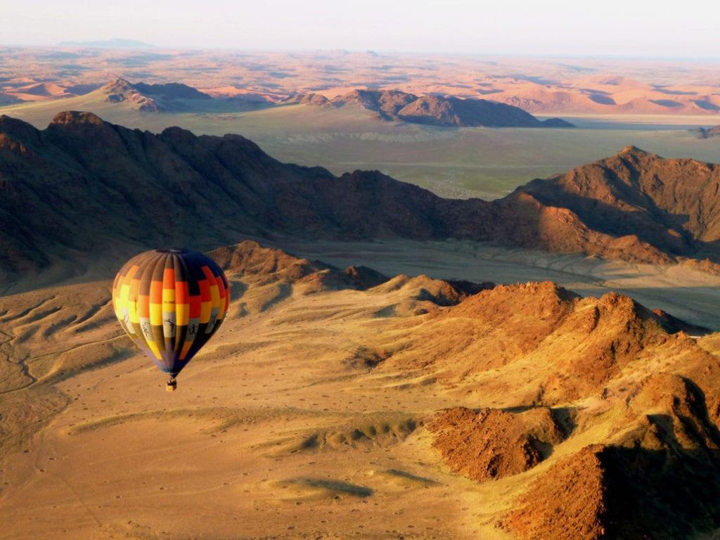 Vue sur le désert du Namib lors d'un vol en montgolfière