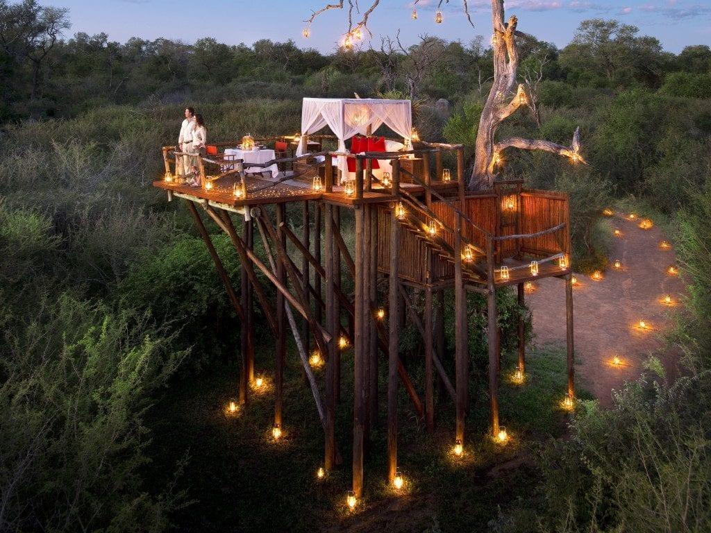 Terrasse romantique à ciel ouvert dans la brousse africaine au Kruger