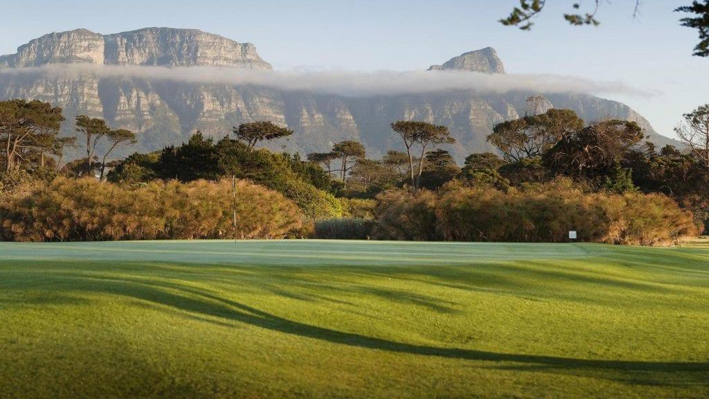 Terrain de golf avec de magnifiques vues sur les montagnes du Cap.
