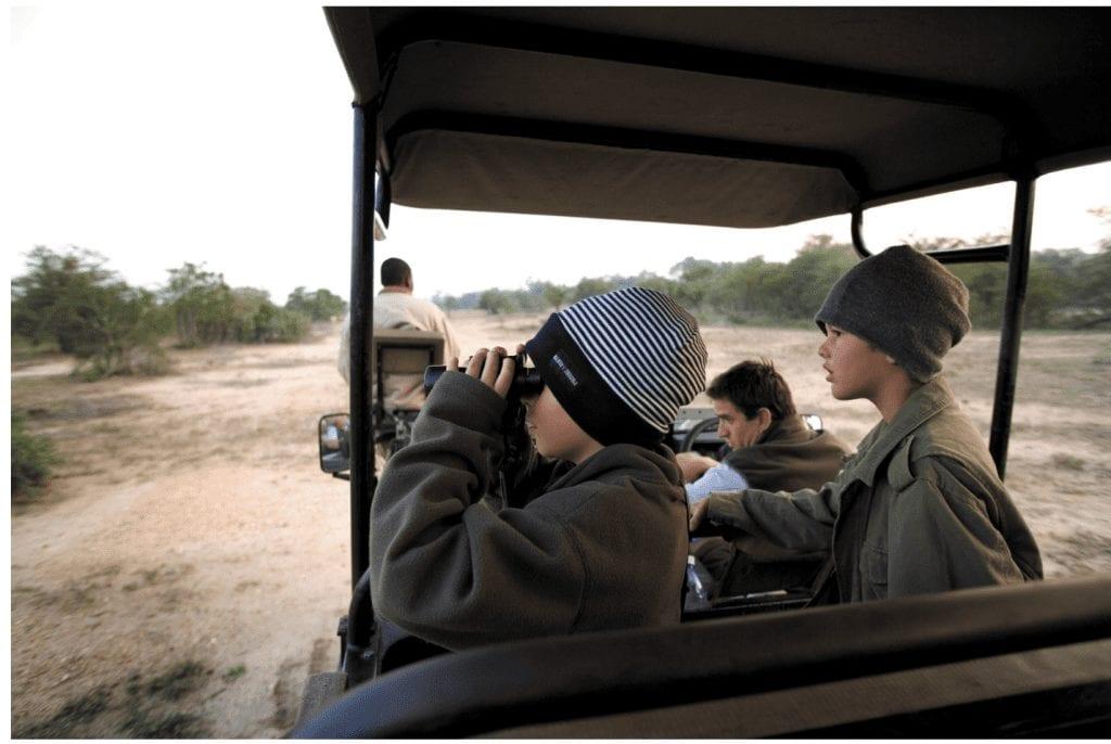 Deux enfants sur un véhicule safari dans le Parc Kruger en Afrique du Sud.