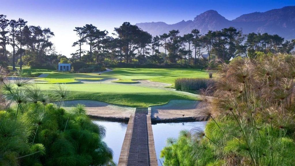 Steenberg Golf Club, terrain de golf dans la région du Cap avec un arrière plan de montagnes.