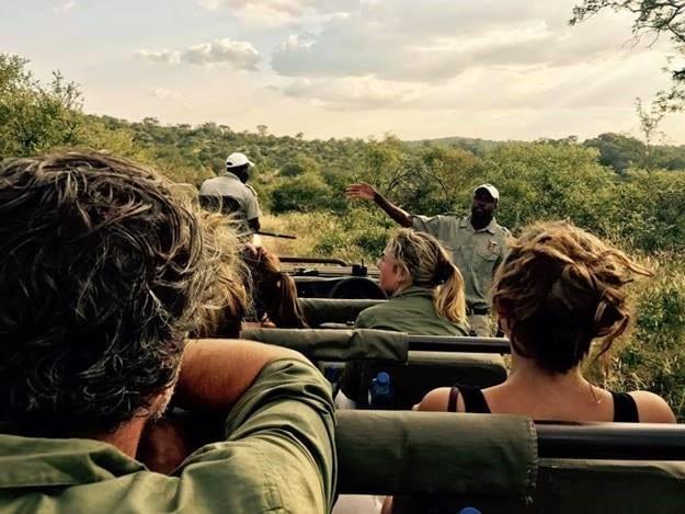 Groupe en Game Drive - Article de blog post Que mettre dans sa valise pour safari