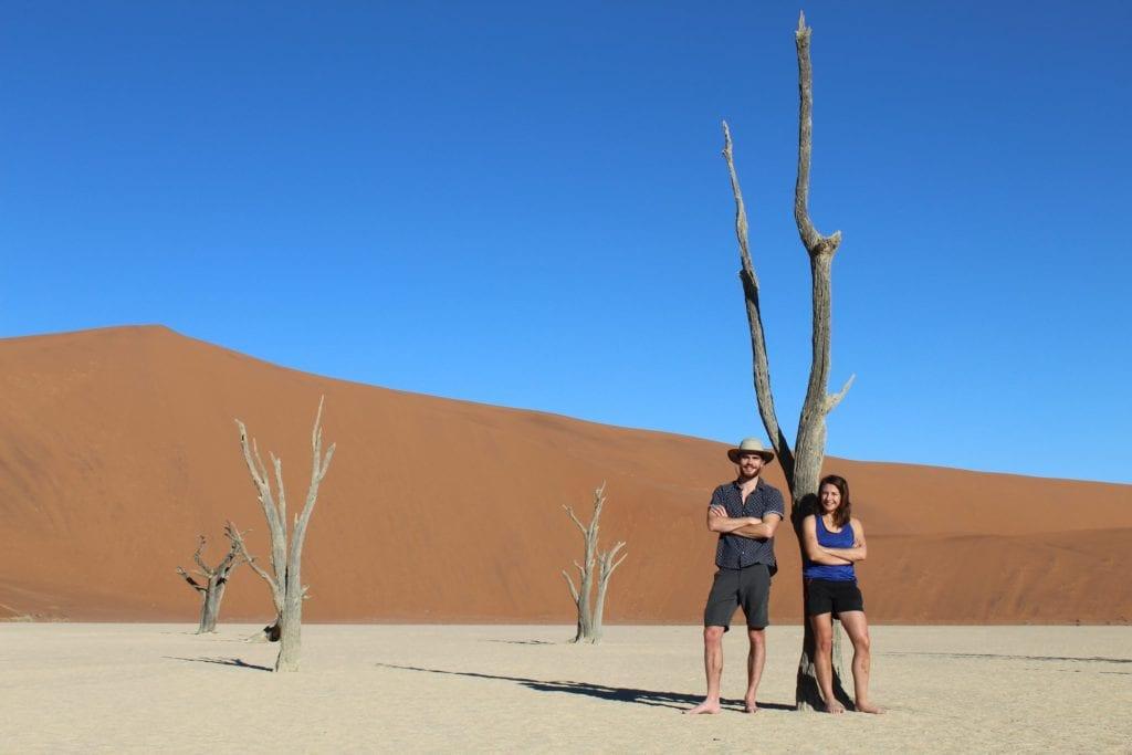 Virgile et Vanessa rangers de l'agence South African Travellers, posant à Dead Vlei