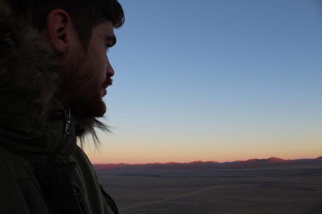 Notre ranger Virgile admirant la vue depuis la montoglfière qui survole le Namib.