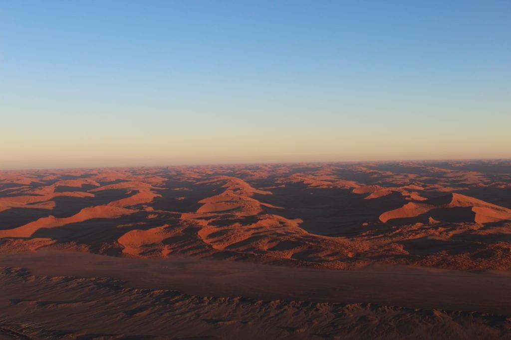 Sossusvlei vu du ciel lors du vol en montgolfière en Namibie
