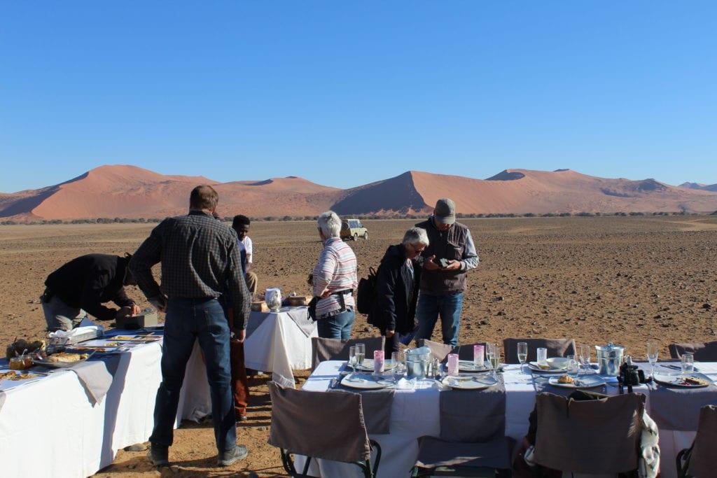 Une table de petit-déjeuner dans le désert. après le vol en montgolfière en Namibie.