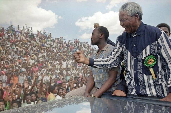 Photographie de Nelson Mandela devant la foule lors d'une campagne électorale