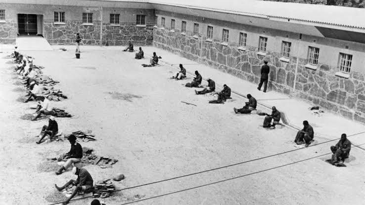 La prison de Mandela et ses détenus en pleine corvée sous le soleil du Cap.