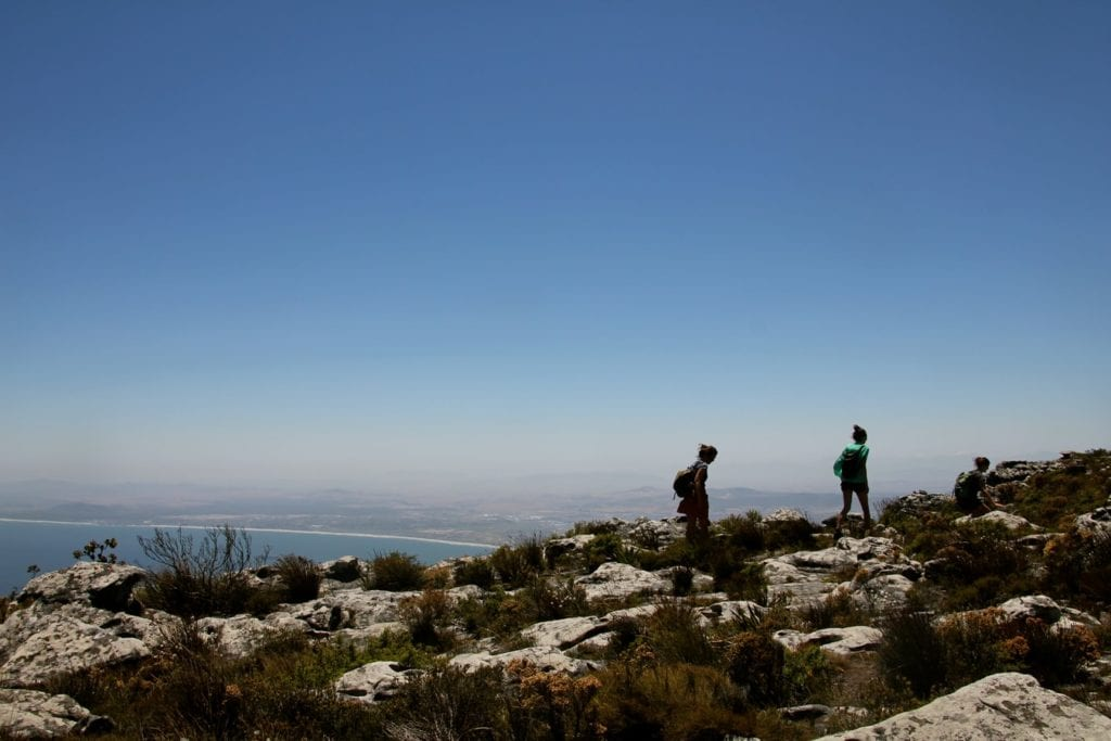 Randonneurs sur le toit de Table Mountain - Photo de l'article : Table Mountain cable Car ou randonnées
