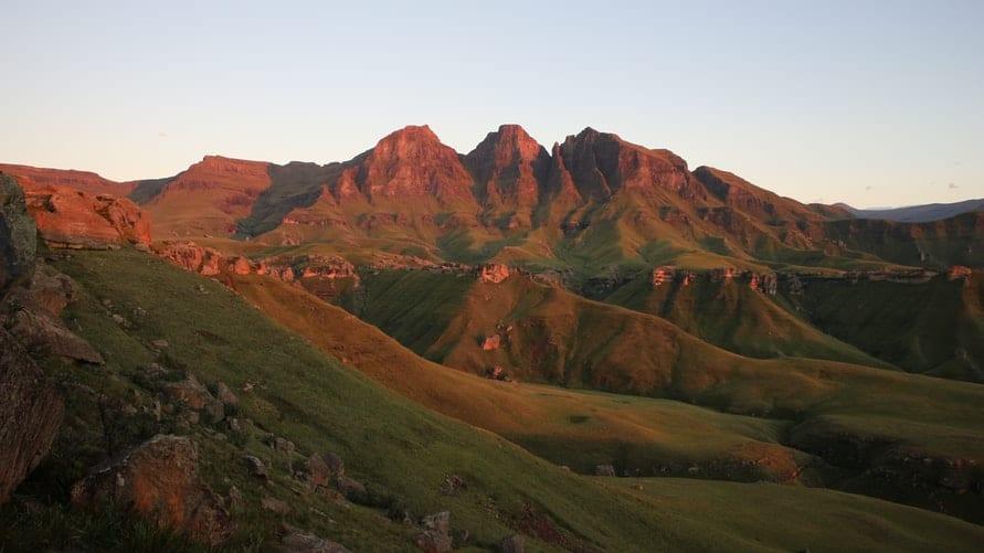 Drakensberg National Park et ses montagnes au coucher du soleil - Article randonnées du Drakensberg